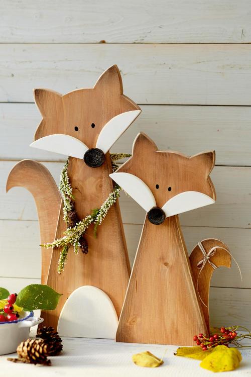 Holzfiguren zum selber basteln süße Füchse vor Holzwand