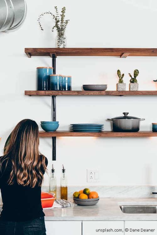 Küchendeko offene Regalbretter an Wand