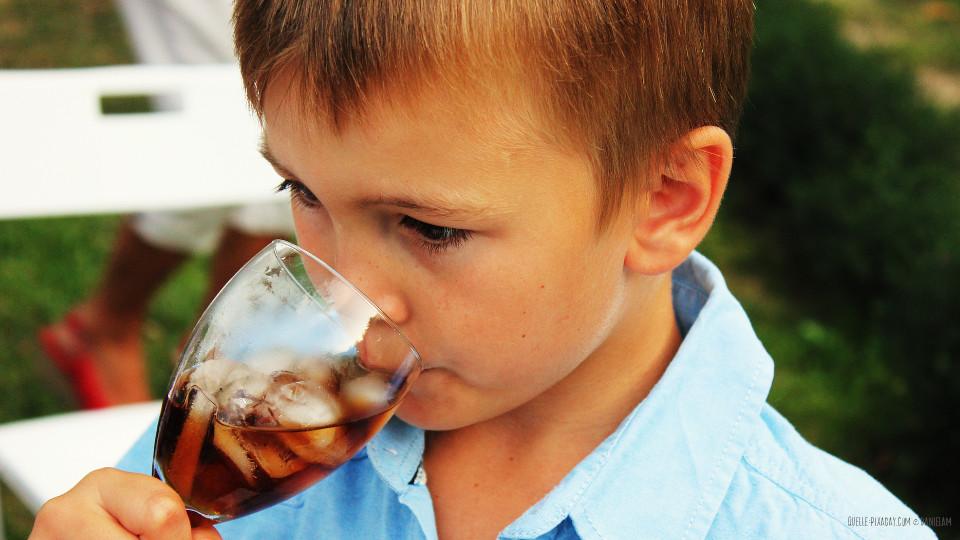 Kreative-Kueche-Junge-trinkt-Eistee