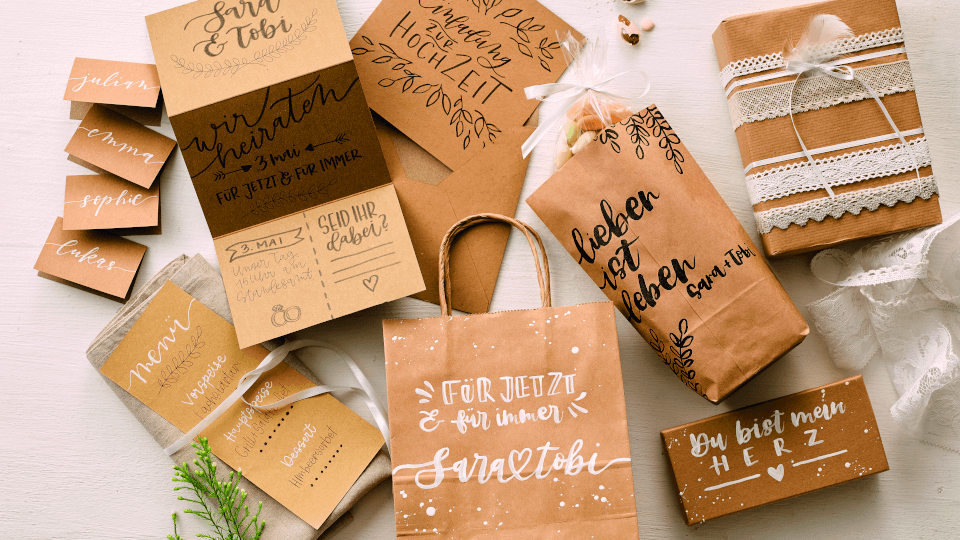 Geschenke kreativ verpacken verschiedene Geschenke in Kraftpapier