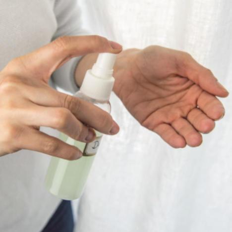 Desinfektionsmittel wird auf Hand gesprüht