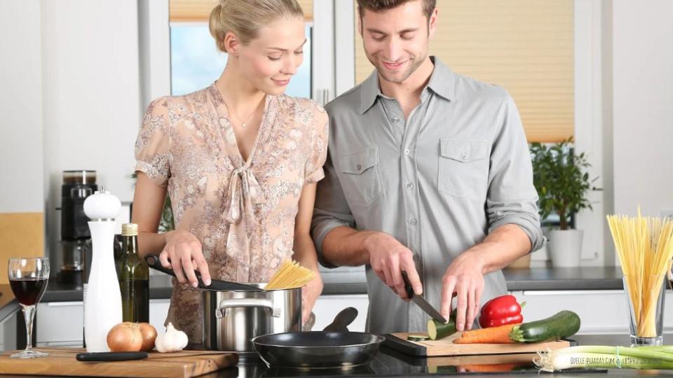 Kreative-Kueche-Paar-kocht-zusammen