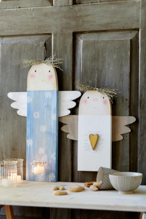 Holzfiguren zum selber basteln zwei Engel vor einer Holztür