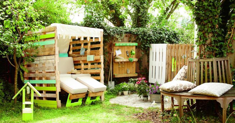 Gartenmoebel-aus-Paletten-und-Holz-im-GartenYxbklGl34FHSI
